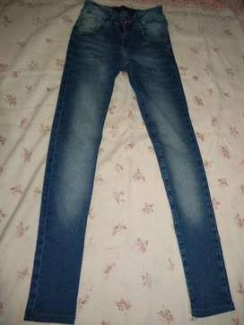 Vendo jeans azul tiro bajo usado en buen estado , talle 38 súper chico