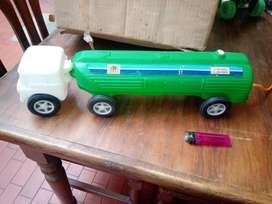 antiguo camión cisterna plastico inflado