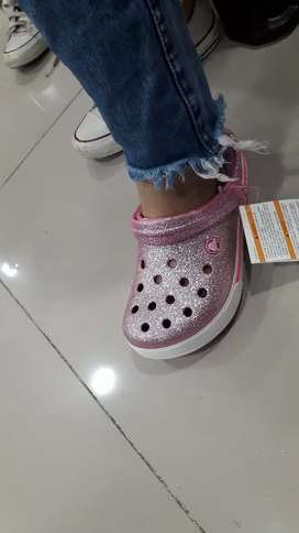 Crocs escarchadas color rosadas