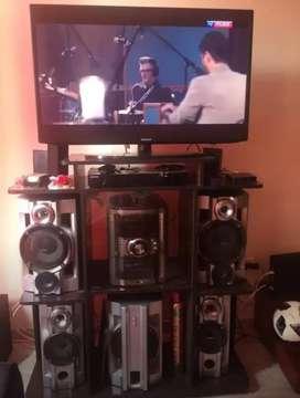 Se vende equipo de sonido y mesa