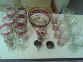 Vendo juego de vasos, hielera y vasitos de cristal con detalles en roj