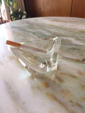Cenicero de vidrio triangular