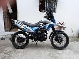 Moto AKT, cilindraje 200 a toda prueba.