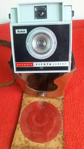 antigua cámara kodak brownie fiesta con estuche de cuero de colección