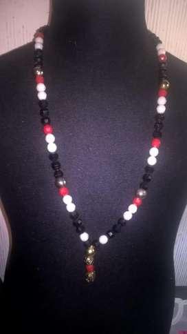 Collar con cuentas blancas y negras con saltos rojos y plata con dije colgante en plata y rojo!!