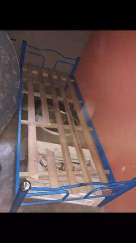 Vendo cama de una plaza tiene esa tabla rota vendo ya necesito la plata