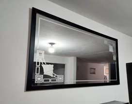 Se vende espejo labrado con marco de madera