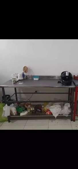 Se vende mesa de trabajo en acero inoxi para panadería muy buen estado