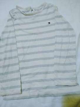 remera Tommy Hilfiger T4 nena m.larga rayada gris y brillo