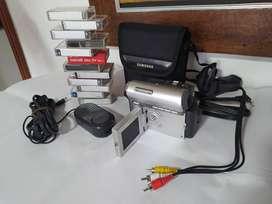Vendo Handy Cam Samsung en perfecto estado con maletín, batería, cable de poder, cable para p 12 cassettes y accesorios.