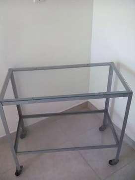 Vendo una mesa de hierro y vidrio resitente
