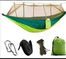 Hamaca con toldillo para acampar.