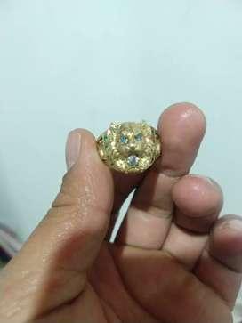 Anillo tigre con diamantes y esmeralda 4 millones