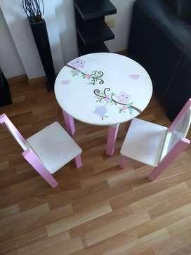 Vendo mesita y 2 sillas de niña usada