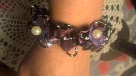 BrazaletePulsera y/o sujetador de cabello, elastizado confeccionado en raso color lila con florcitas artesanales