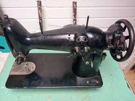 Maquina de coser The singer negra