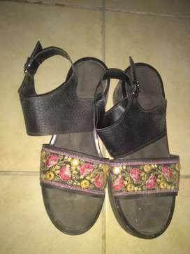 Sandalias negras cn flores