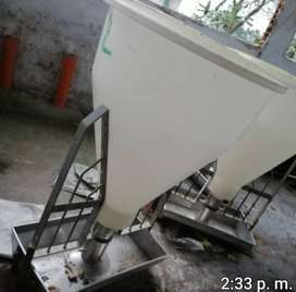 Dos comederos automaticos de tolva 2 bultos