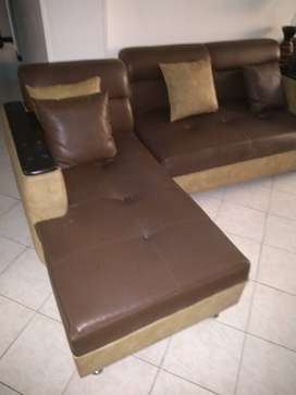 Muebles en cuero 4 piezas no incluye mesa solo una pieza se le hace reparación de resto perfecto muy bonitos