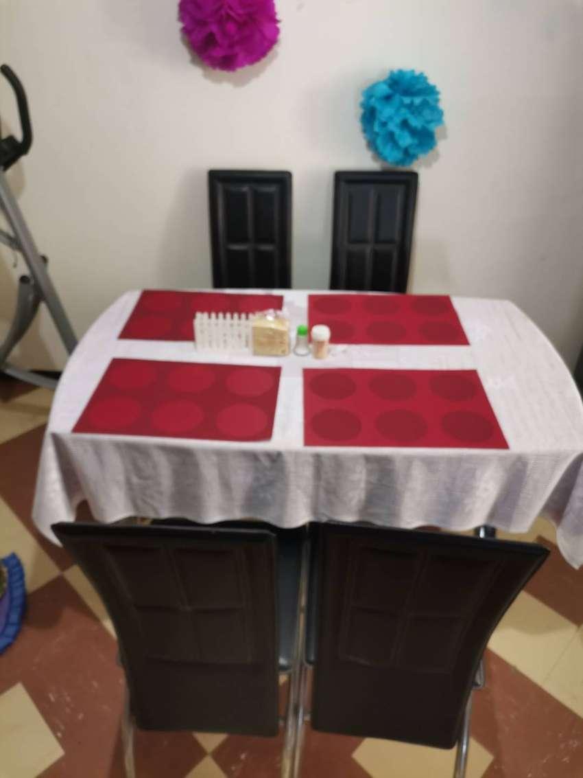Vendo comedor en vidrio sillas negras tipo cuerina.