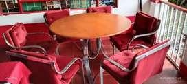 Comedor en terciopelo rojo estructura metálica en buen estado ubicado en chinauta cerca estación policia
