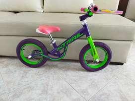 Bicicleta de balanceo sin pedales para niña