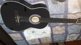 Guitarra buena, rayada en la parte porterior