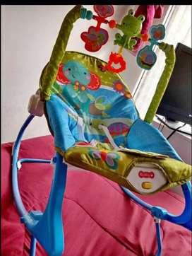 Un colchón Anti reflujo para bebé silla mesedora y vibradora para guardar la ropa del bebe
