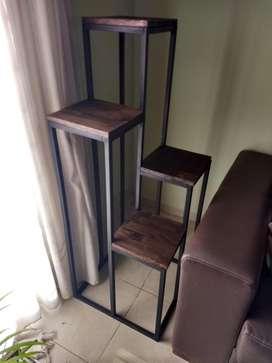 Macetero minimalista de hierro y madera, en diferentes niveles