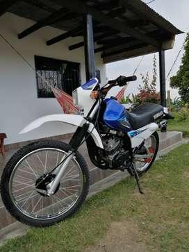La moto figura color negro, la entrego con dos vestidos azul y negro