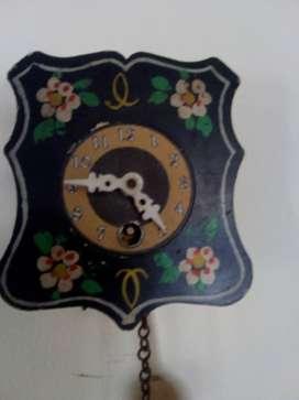 antiguo reloj miniatura de pared y péndulo