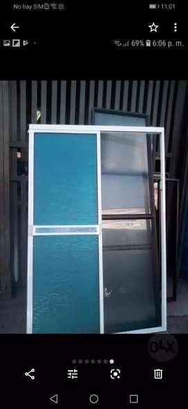 Cabinas y puerta vidrieras en aluminio