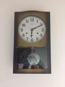 Reloj para pared de cuerda con pendulo marca SEIKO