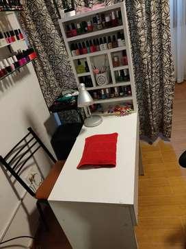 Vendo mesa manicura más exhibidor de esmaltado