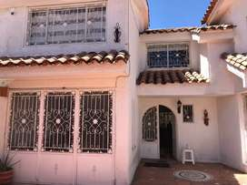 Se vende Casa remodelada barrio cedritos, tiene circuito cerrado propio, piso 1 area social piso 2 habitaciones