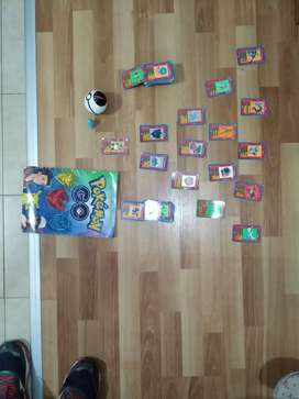 Pokebola y cartas Pokémon