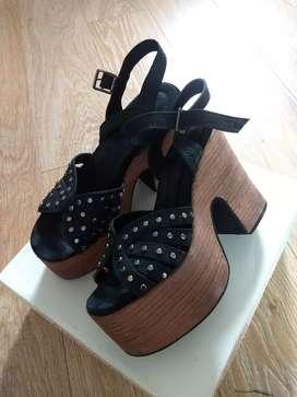 Sandalia de cuero negra.