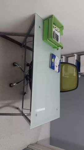 Vendo escritorio de vidrio y silla de escritorio buen uso
