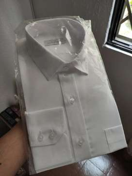 Vendo 2 Camisas Leer manga Larga Blancas Talla L