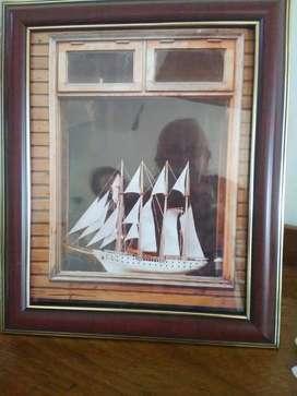 Cuadro con velero-Marco de madera oscura