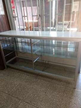 Vitrina mostrador con estantes de vidrio y frente . Más de 2 metros mide . Alto 80 cmt