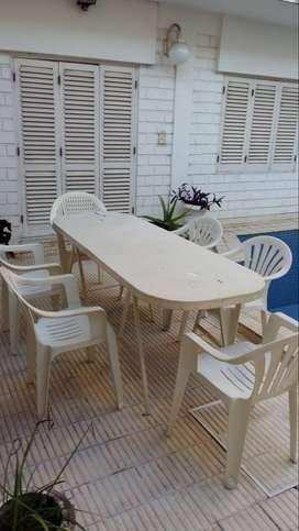 Tablón con caballetes y 6 sillas blancas plásticas