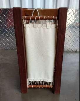 Lámpara de mesa en madera swicht, con novedoso diseño elaborada en base de madera y caperuza en lona adosada en tejido