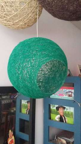Lámparas de hilo, listas para colocar, de distintos tamaños, colores y texturas.