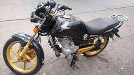 Se vende moto honda en buen estado