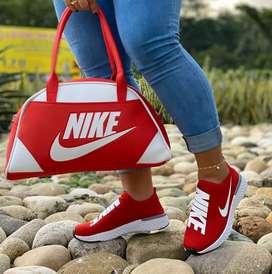 Tenis Nike adjust de dama y bolso