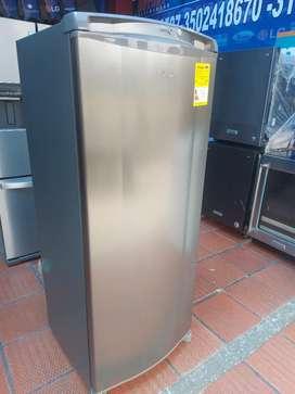 Congelador  vertical   whirlpool  260 litros  con garantía un año
