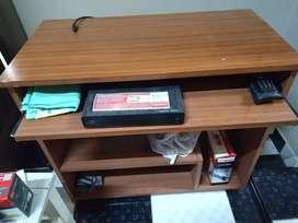 Vendo escritorio para PC con escalón movible para teclado.