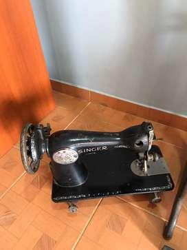 Maquina de coser Singer con herraje.