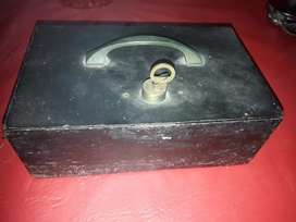 Caja  fuerte metalica con llave antigua